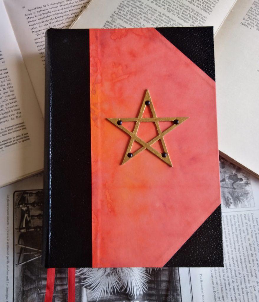 Photographie du Grimoire de feu, rouge avec pentacle doré