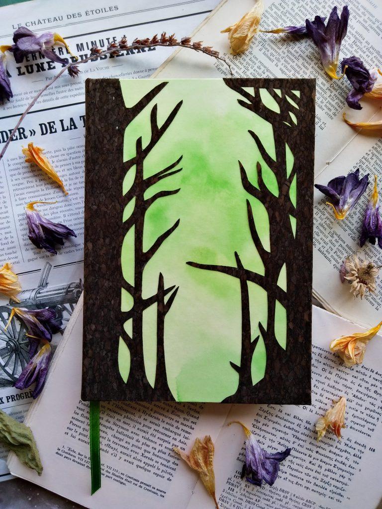 Carnet relié, décoré avec des motifs d'arbres découpés à la main dans du liège.