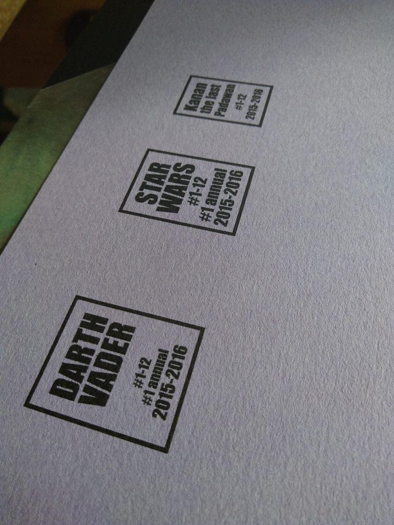 Photographie des titres imprimés pour les reliures de comics Star Wars, avant leur insertion sur le dos des livres