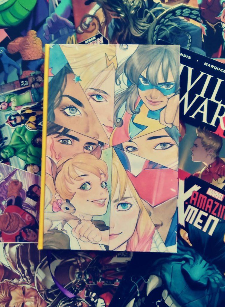 Photographie du comics Marvel Rising, relié avec un dos carré et posé sur un fond de plusieurs comics.