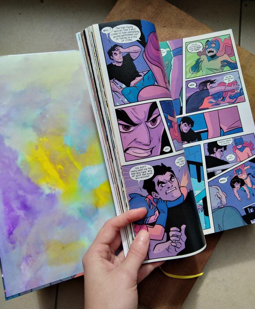 Photographie de la reliure du comics Hellcat, où l'on voit la page de garde colorée avec des tons accordés aux pages intérieures du comics