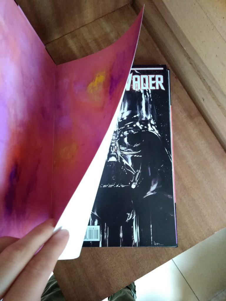 Photographie de la reliure du comics Dart Vader, où l'on voit la page de garde et la couverture du premier numéro