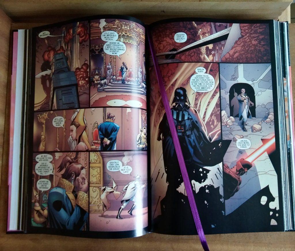 Photographie de l'intérieur de la reliure du comics Dark Vador, où l'on voit une page intérieure et le signet violet