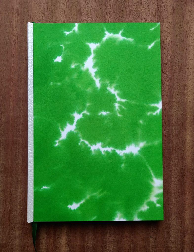 Photographie de la couverture de la reliure du comics Karnak, réalisée avec un effet de nuages verts